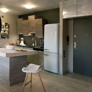 Mieszkanie ma powierzchnię 53 metrów kwadratowych. Wnętrze podzielone jest na otwartą strefę dzienną z salonem, jadalnią, kuchnią i holem oraz nocną, gdzie znajduje się sypialnia. Projekt: Ewelina Mikulska-Ignaczak. Fot. Jakub Ignaczak