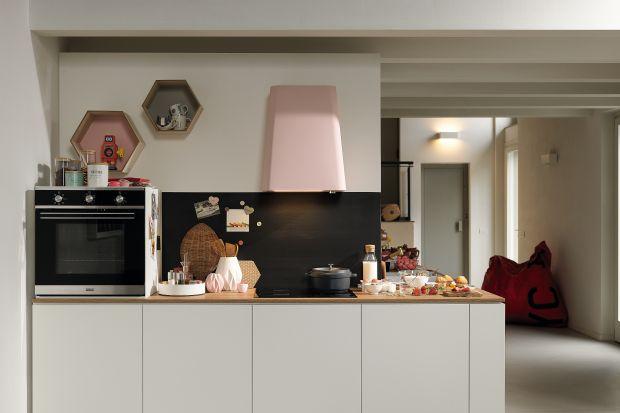 Podstawowym wyposażeniem każdej, nawet najmniejszej kuchni jest okap. W przestrzeniach otwartych, jak aneks kuchenny pełni on szczególnie ważną funkcję.