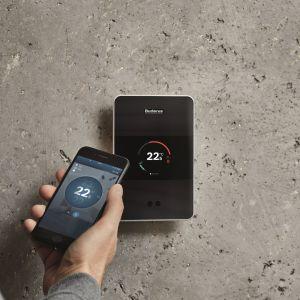 Logamatic TC100 umożliwia indywidualną regulację temperatury w każdym pomieszczeniu; za pomocą GPSa rozpoznaje pozycję smartfona i ustawia temperaturę w domu. Fot. Buderus