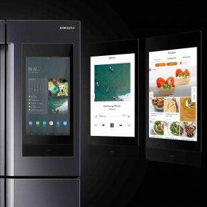 Lodówka Family Hub dzięki wyposażeniu w dotykowy ekran i system operacyjny Tizen, łączy się nie tylko ze smartfonem, ale też z innymi urządzeniami AGD wyposażonymi w modem Wi-Fi. Fot. Samsung