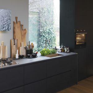 Okap Maris Free wykończony taflą ręcznie formowanego szkła, z którą zintegrowany jest panel sterowania. Fot. Franke