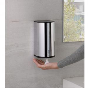 Elektroniczny dozownik Plan może być stosowany jako dozownik mydła w postaci pianki przy umywalce oraz jako dozownik pianki higienicznej przy toalecie. Fot. Keuco