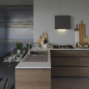 Okap Impress zaprojektowany został tak, by doskonale integrował się z przestrzenią kuchni. Umożliwiają to jego zgrabne gabaryty, a przede wszystkim niewielka głębokość urządzenia, uzyskana dzięki silnikowi Nautilus. Dostępny w ofercie firmy Franke. Fot. Franke