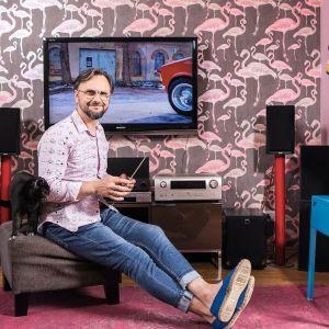 """Artur Indyka, projektant wnętrz, prowadzący program """"Meblokreacje"""" na Domo+, właściciel pracowni Kotara Story"""