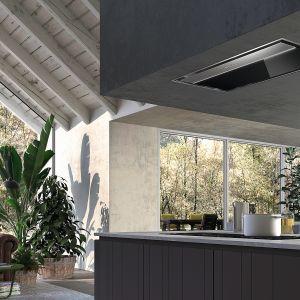 Okap sufitowy Onyx-C z serii Still Line zapewnia najwyższą oszczędność energii, cichą pracę i szacunek do środowiska. Przycisk Eco zapewnia ciągłą, cichą i niezwykle ekonomiczną wymianę powietrza w kuchni. Dostępny w ofercie firmy Faber. Fot. Faber
