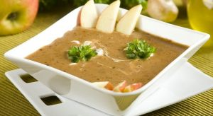 Nawet najbardziej ponury dzień można rozjaśnić… smacznym posiłkiem. Sezonowe produkty mogą posłużyć do wyczarowania niezrównanych przysmaków. Wśród nich prym wiodą zupy.
