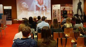 Studio Dobrych Rozwiązań gości dziś w stolicy województwa małopolskiego.W krakowskiej TAURON Arenie dyskutujemy o najnowszych trendach i rozwiązaniach, które warto stosować projektując wnętrza.