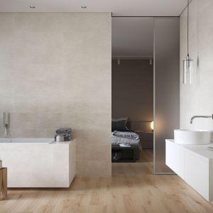 Harmonię do łazienki wprowadzą płytki z kolekcji Torana firmy Cersanit , które delikatnie imitują beton – jednak w sposób nieoczywisty. Fot. Cersanit