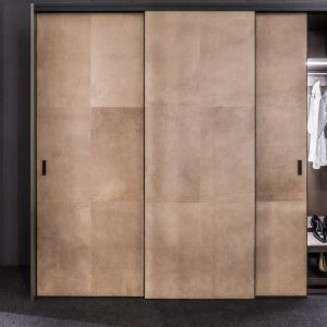 Garderoba Raumplus, drzwi S8000, wykończenie skóra. Fot. Ernest Wińczyk