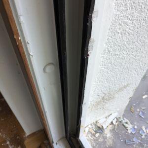 Widoczna na zdjęciach skala uszkodzeń profili nie pozwoliła na naprawę okien. Firma MS więcej niż OKNA zaoferowała jednak właścicielowi nową stolarkę w promocyjnej cenie, a także dużo krótszy okres realizacji zamówienia. Fot. MS więcej niż OKNA