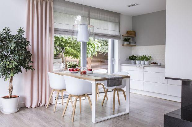 Łagodne kształty, zgrabny profil, subtelny wygląd i prosta elegancja w każdym calu – tak minimalistyczny look pozwala na wiele. Nowoczesne okna z wąskimi, aluminiowymi ramami i dużymi przeszkleniami można stylizować na różne sposoby lub cieszy