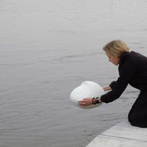 Joanna Jurga zaprojektowała. między innymi, biodegradowalną urnę Kami do pochówku na morzu