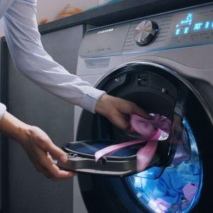 Rozwiązanie Add Wash, czyli dodatkowe drzwi pozwalające na dodanie jeansów, koszuli czy skarpetek na dowolnym etapie prania. Fot. Samsung