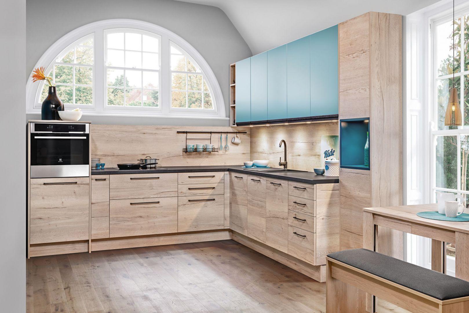 Ożywcze barwy w tonacjach niebieskich odmienią wygląd kuchni. Fot. KAM