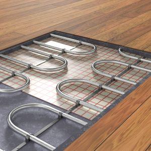 Ciekawym rozwiązaniem przy montażu ogrzewania podłogowego jest zastosowanie paneli laminowanych. To podłoga w wielu przypadkach o wiele trwalsza i wytrzymalsza od naturalnego drewna. Fot. AdobeStock