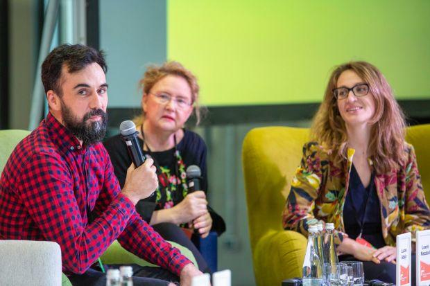 """""""Design, który zbliża"""" – taki był temat przewodni tegorocznego Forum Dobrego Designu. W Warszawie uroczystość zainaugurowały wystąpienia trzech wyjątkowych gości specjalnych: Laxmi Nazabal i Lucasa Abajo, designerów, założycieli pr"""
