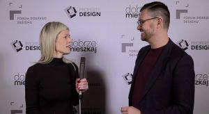 Gościem specjalnym tegorocznego Forum Dobrego Designu był znany projektant mody, Maciej Zień. W rozmowie z redaktor naczelną Dobrze Mieszkaj, Ewą Kozioł mówił, czym różni się projektowanie mody od projektowania wnętrz, a także zdradził nam s
