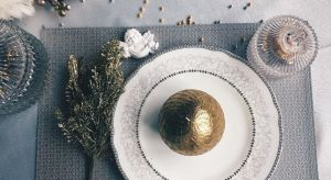 Choinka i wigilijny stół – bez nich nie sposób wyobrazić sobie Bożego Narodzenia. Choć do Świąt pozostało jeszcze trochę czasu, warto już dziś zadbać o dekoracje, które sprawią, że poczujemy w pełni magię Świąt! Wspólnie z projektan