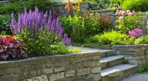 W wypadku domów jednorodzinnych szerokość biegu i spocznika schodów wewnętrznych nie może być mniejsza niż 80 cm. Oprócz tego, liczba stopni w jednym biegu schodów zewnętrznych nie powinna wynosić więcej niż 10.