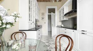 W białych kuchniach cenimy świeżość i uniwersalność. W modnych aranżacjach chętnie łączymybiel nie tylko z drewnem, ale i wyrazistymi kolorami. Zobaczcie 20 ciekawych propozycji architektów.
