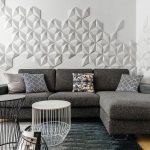 Prefabrykowane płytki z betonu architektonicznego 3D (kolekcja Diament, Klinika Betonu) tworzą piękną i bardzo ciekawą kompozycję na ścianie. Trójwymiarowa dekoracja w takim wydaniu doskonale wpisuje się w nowoczesną stylistkę salonu. Projekt: Anna Maria Sokołowska. Fot. Foto&Mohito