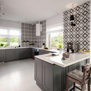 Ściany w kuchni zdobi zaprojektowana przez Macieja Zienia mozaika z kolekcji Monte Carlo firmy Tubądzin. Geometryczne motywy są mocnym akcentem dekoracyjnym i wprowadzają do wnętrza nowoczesny klimat. Projekt: Ewelina Pik, Maria Biegańska.