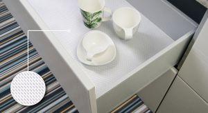 Rozwiązanie, które doceni każdy kto wyposaża kuchnię. Antypoślizgowe dno szuflady zapewni komfort jej użytkowania. W końcu wszystkie talerze, miski i miseczki będą na swoim miejscu, nawet jeżeli mebel nie posiada opcji powolnego domykania.