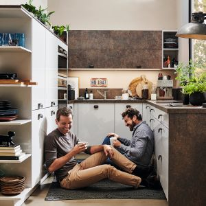 ALNOPEARL | ALNODUR spełnia wszystkie wymagania i oczekiwania stawiane współczesnej kuchni. Nowoczesne linie, wyszukane akcenty kolorystyczne i lakierowany na wysoki połysk laminat. Meble dostępne w ofercie firmy Alno. Fot. Alno