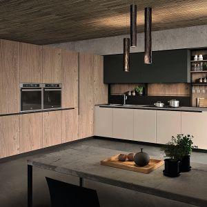 LAB 13 URBAN STYLE – to swoiste laboratorium kuchenne zaprojektowane w miejskim stylu. Podkreślają go otwarte półki i regały, które kontrastują z szeregiem szaf wysokiej zabudowy. Meble dostępne w ofercie firmy Aran Cucine. Fot. Aran Cucine
