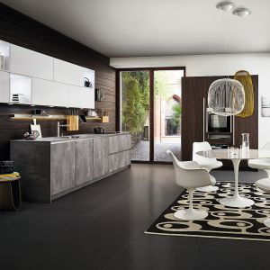 SIRIUS | IKONO-C | SYNTHIA – nowoczesna zabudowa kuchenna, która łączy w sobie subtelność bieli, urok drewna i zdecydowany charakter betonu. Ergonomiczne rozwiązania zapewniają wysoką funkcjonalność. Meble dostępne w ofercie firmy Leicht. Fot. Leicht