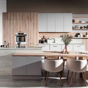 CALMA | PUNTO – nowoczesna kuchnia, którą wyróżnia połączenie delikatnych kolorów: kaszmir w zestawieniu z dębem bielonym. Zaprojektowana do wnętrz niedoświetlonych, sprawia wrażenie lekkości, dzięki czemu optycznie dodaje przestrzeni. Meble dostępne w ofercie firmy WFM. Fot. WFM