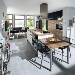 LASER427 | RIVA894 – to połączenie dyskretnej bieli, która wyróżnia kuchnie z kolekcji Laser z imitacją modnego dekoru drewna, charakterystyczne dla mebli kuchennych z utrzymanej w industrialnym klimacie kolekcji Riva. Meble dostępne w ofercie firmy Verle Küchen. Fot. Verle Küchen