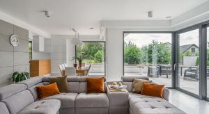 Światło słoneczne tworzy we wnętrzach przyjemny klimat i poprawia komfort życia. Efektywnie wykorzystane pozwala również zmniejszyć wydatki na energię elektryczną i ogrzewanie. Podpowiadamy, jakie okna wybrać i jak je rozplanować, by dom był