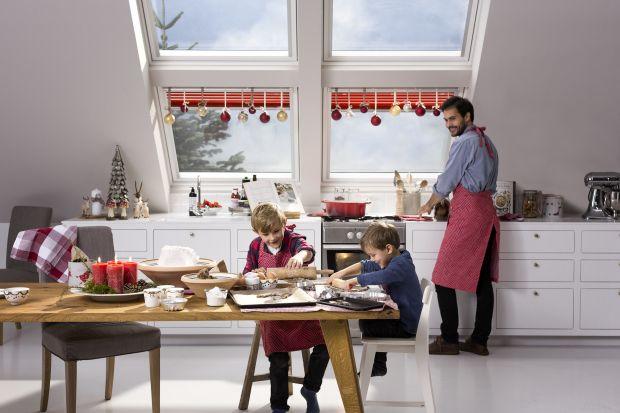 Miejsce pod skosami można wykorzystać do aranżacji przytulnego kącika do relaksu w czasie świąt. To idealna przestrzeńdo wyeksponowania zimowych dekoracji.