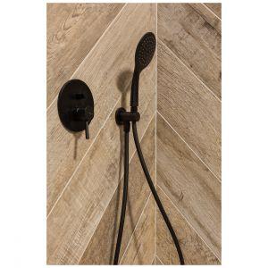 Drewnopodobne płytki ułożone zostały w klasyczną jodełkę, która zdobi ścianę w strefie prysznica i wizualnie ociepla wnętrze. Projekt: Katarzyna Maciejewska. Fot. Anna Laskowska, Dekorialove