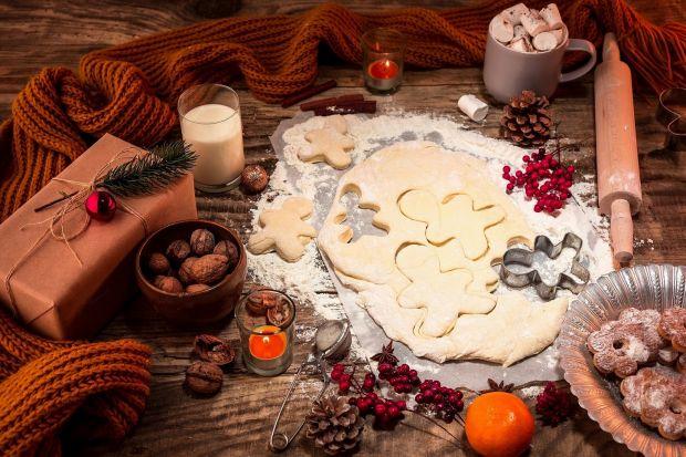 Nawet najmniejsze, symboliczne prezenty mogą sprawić obdarowanym dużo radości. Święta to czas wielu takich miłych podarunków – i choć jako dorośli nie piszemy już listów do Mikołaja, to każdy lubi być zaskakiwany czymś, oczym skrycie m