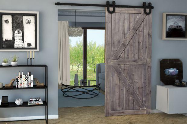 W aranżacjach loftowych najlepiej sprawdzają się specjalnie zaprojektowane skrzydła drewniane przypominające drzwi prowadzące na strych, do piwnicy lub innych pomieszczeń gospodarczych.