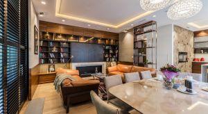 Projektanci wnętrza apartamentu na Saskiej Kępie zadbali o to, by urzekał prostą elegancją jednocześnie zaskakując doskonałą funkcjonalnością i nowatorskimi rozwiązaniami.