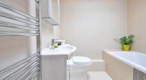 Mała łazienka, mimo ograniczonego metrażu, wymaga dużej kreatywności przy urządzaniu. Bo jak w niewielkiej przestrzeni zmieścić tak wiele wyposażenia? Jakie są sposoby na sprytne wykorzystanie małej powierzchni?
