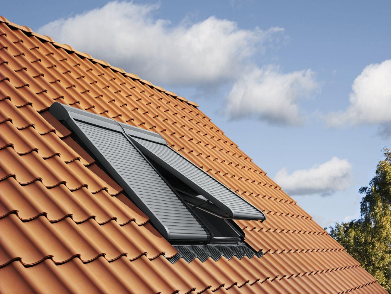 Rolety zewnętrzne do okien dachowych są coraz częściej wybierane nie tylko ze względu na skuteczność w blokowaniu ciepła przedostającego się do pomieszczeń na poddaszu. Ich zaletą jest też zwiększanie poczucia bezpieczeństwa domowników. Fot. Velux