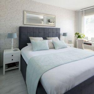 W zimowej sypialni kolorem przewodnim z pewnością będzie biel – taka barwa sprawdzi się zarówno w klasycznych, nowoczesnych, tradycyjnych, jak i rustykalnych wnętrzach. Na zdjęciu: zasłona na kanale z grzywką z kolekcji Comics. Fot. Dekoria