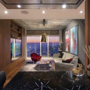 Złota 44 to najmodniejszy adres w Warszawie. Na 50. piętrze apartamentowca zaprojektowanego przez Dawida Libeskinda znajdziemy wnętrze, którego wystrój łączy naturalność i luksusowy glamour – apartament Nature autorstwa Galerii Heban. Fot. Łukasz Zandecki