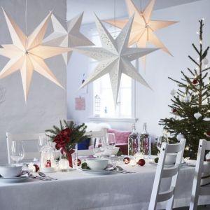 Pomysł na dekorację świątecznego stołu. Fot. IKEA