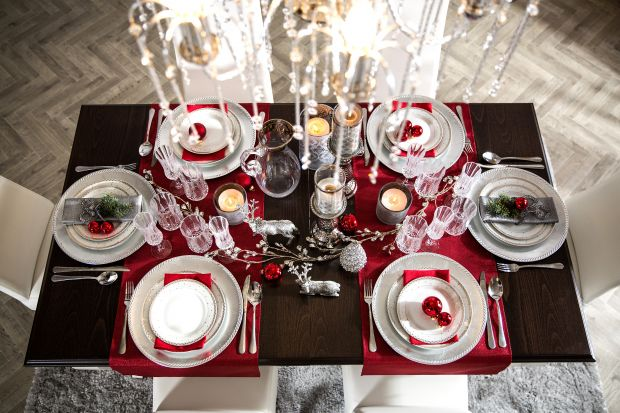 Jakie dekoracje wybrać, aby świąteczny stół prezentował się wyjątkowo? Delikatne, subtelne, a może bardziej ozdobne? Zobaczcie nasze propozycje na dekorację świątecznego stołu.