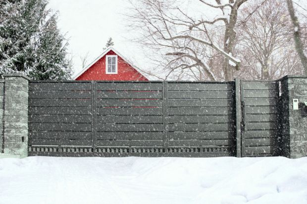 Ogrodzenie i bramę też trzeba przygotować do zimy