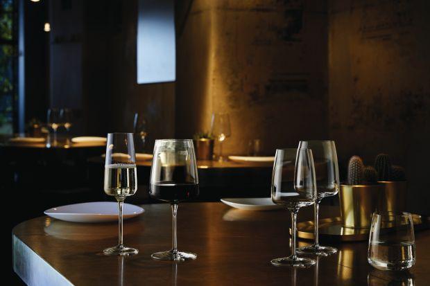 Perfekcyjne przygotowanie karnawałowego stołu i wygodne serwowanie potraw i napojów ułatwią właściwie dobrane, praktyczne naczynia, kieliszki, karafki.