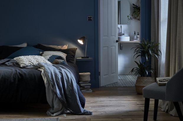 Dobrze wyposażona sypialnia to idealne miejsce do odpoczynku i spędzania czasu z bliskimi. Miękkie materiały, delikatne światło, ciepłe struktury i wyciszające kolory – to wszystko sprawia, że zrelaksujesz się i odprężysz po ciężkim dniu.