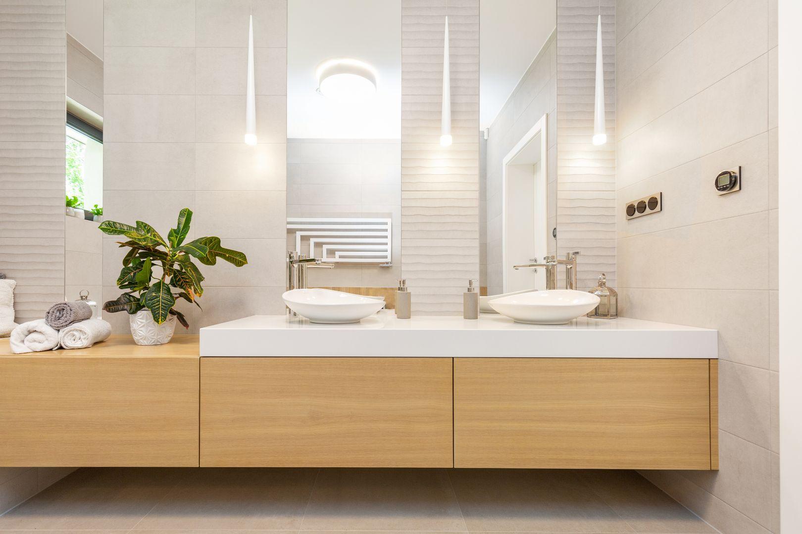 W łazience dominują jasne kolory: delikatne beże, drewno w miodowym wybarwieniu i klasyczna biel. Projekt: Urszula Tracz. Fot. Marta Behling, Pion Poziom