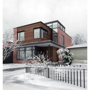 Aby zapewnić bezpieczeństwo poruszania się wokół domu nawet podczas opadów śniegu czy mrozu warto posypywać co jakiś czas zarówno chodniki, jak i podjazdy, piaskiem lub innym kruszywem takim jak np. gres. Fot. 123rf.com