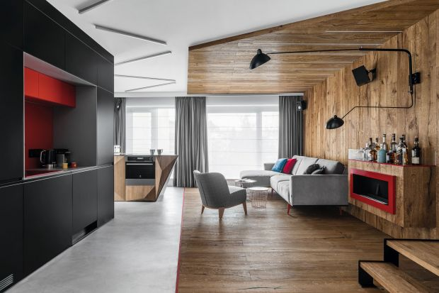 Czerwień w odcieniu Ferrari red, industrialne materiały, kubistyczne formy oraz surowe drewno budują niepowtarzalny klimat wnętrza, w którym ogromny nacisk położono na personalizację. Dzięki temu udało się uzyskać założony projektowo efekt �